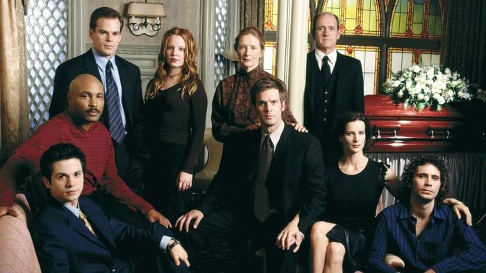 Il cast di Six Feet Under, serie ideata da Alan Ball e trasmessa dal 2001 al 2005.